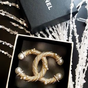 Chanel Twisted Pearl CC Brooch!